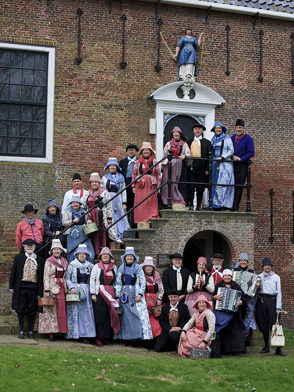 Folkloristische zang- en dansgroep Aald Hielpen