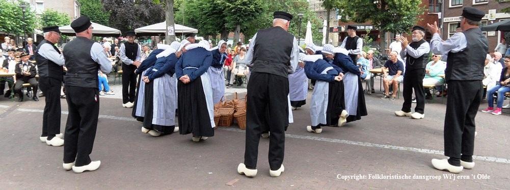 Folkloristische dansgroep Wi'j eren 't Olde tijdens optreden in Zelhem 2014<br /> Foto: Archief Folkloristische dansgroep Wi'j eren 't Olde
