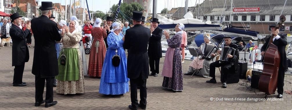 Oud West-Friese dansgroep Wijdenes tijdens de Trekzakkendag in Enkhuizen<br /> Foto: Tiny Ensing