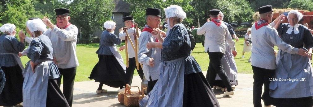 Folkloristische Dansgroep De Dörsvlègels<br /> Foto: Archief: Folkloristische dansgroep de Dorsvlegels uit Ulft